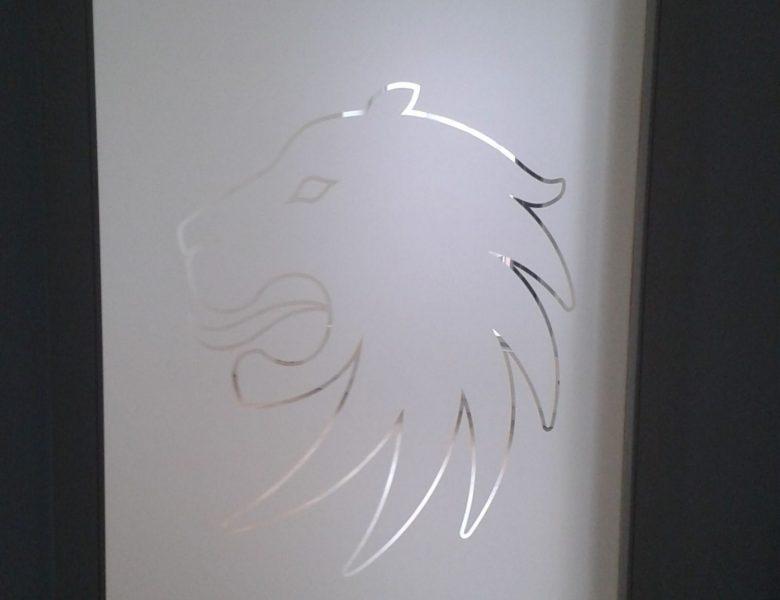 Raithel Werbetechnik und Textildruck - Versicherungsagentur Die Bayerische - Glasätzfolie - Sichtschutz - Logo