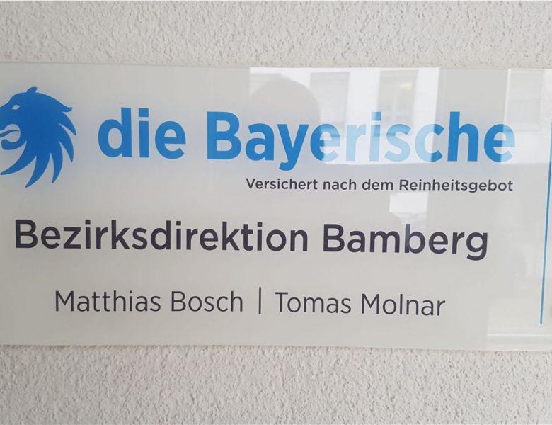 Raithel Werbetechnik und Textildruck - Die Bayerische Versicherung - Acrylglasschild mit Hinterglasbeschriftung und polierten Kanten