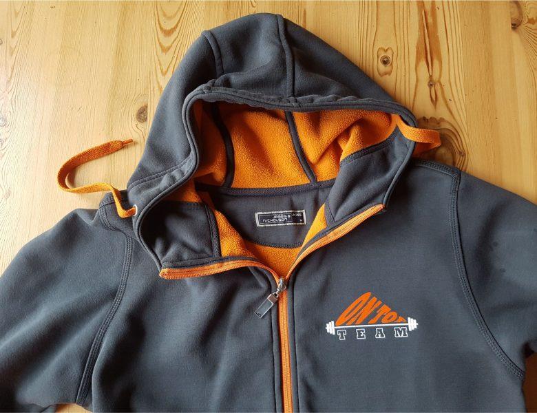 Raithel Werbetechnik und Textildruck - Fitness On Top - Textildruck auf hochwertiger Hoddie-Jacke
